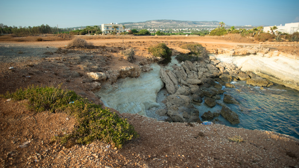 Каменистые берега около заброшенного корабля