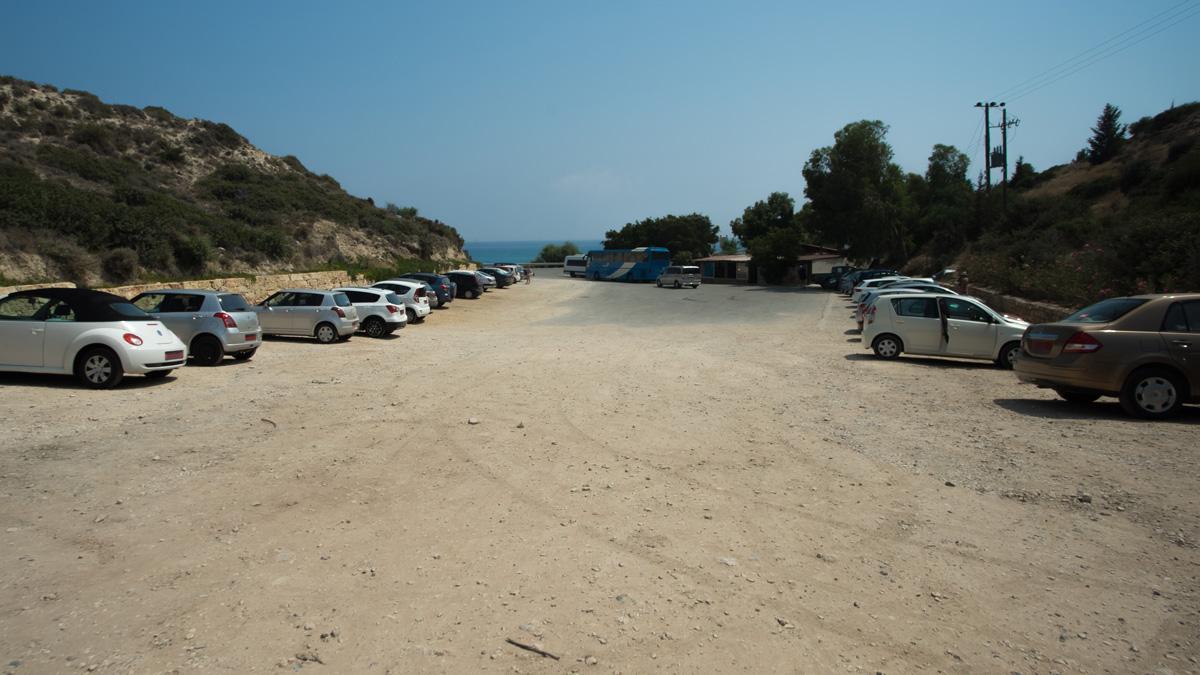 Парковка около камня Афродиты на Кипре