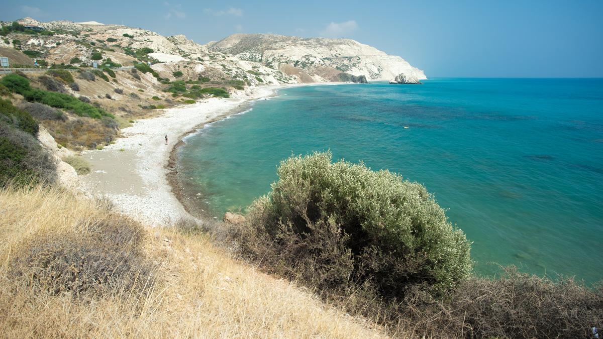 Пляж окол пляжа с камнем Афродиты на Кипре