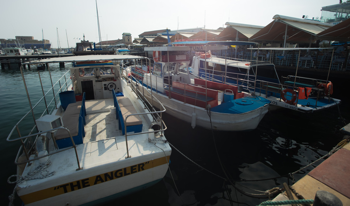 Туристические лодки в порту города Пафос на Кипре