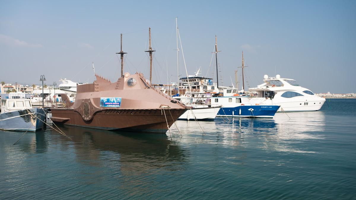 Необычный туристический кораблик