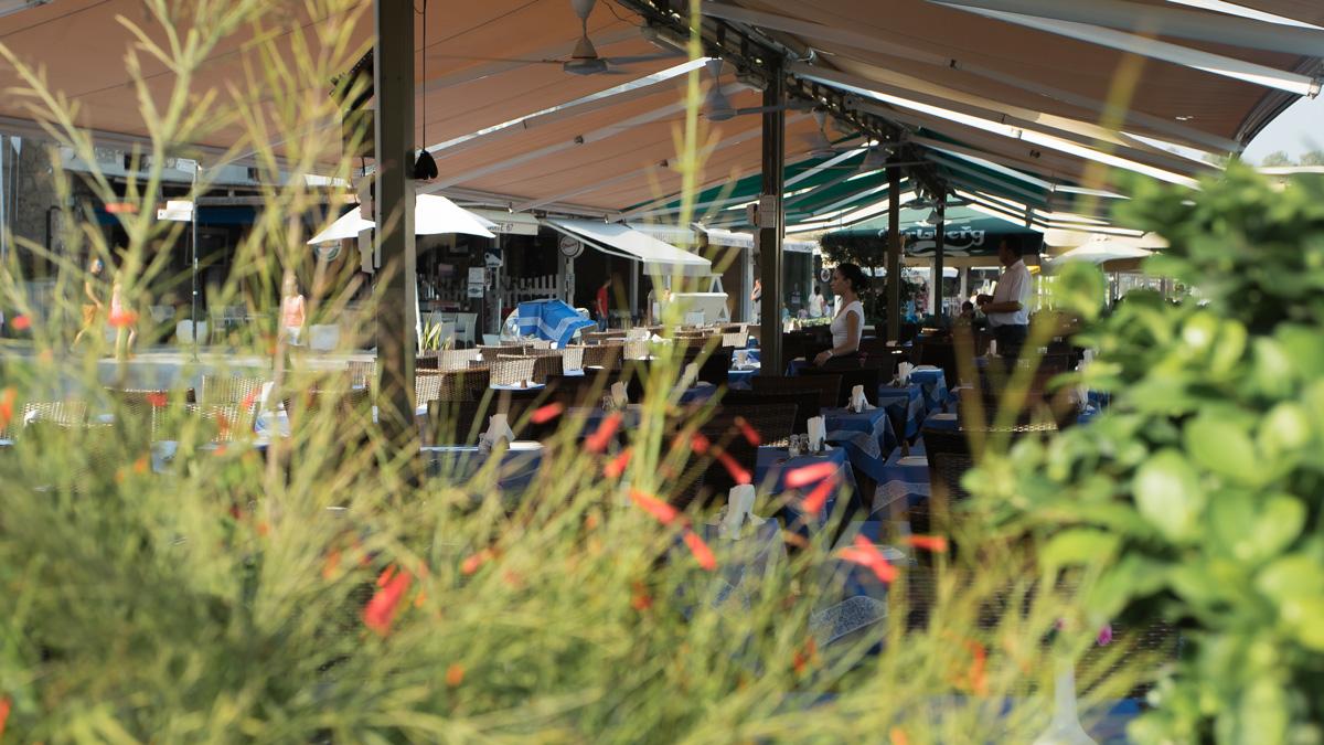 Официантка в ресторане в порту Пафоса