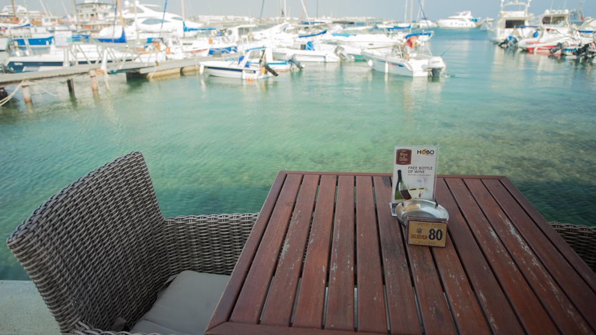 Столик №80 в кафе города Пафос на Кипре