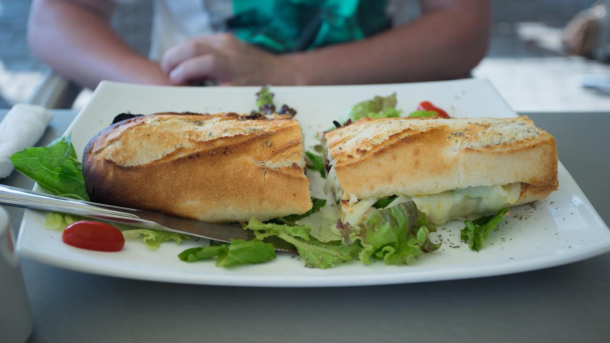 Багет с овощной начинкой в кафе Пафоса