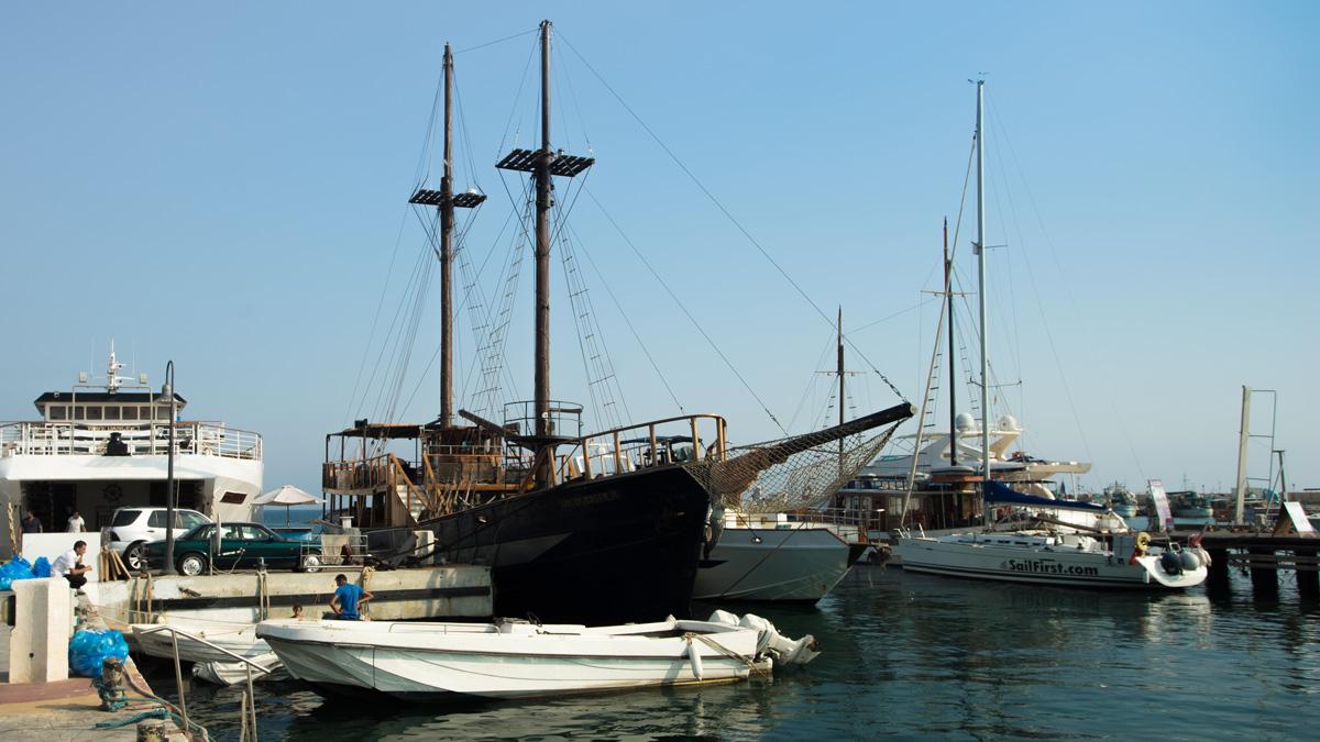 Корабли в порту города Пафос на Кипре