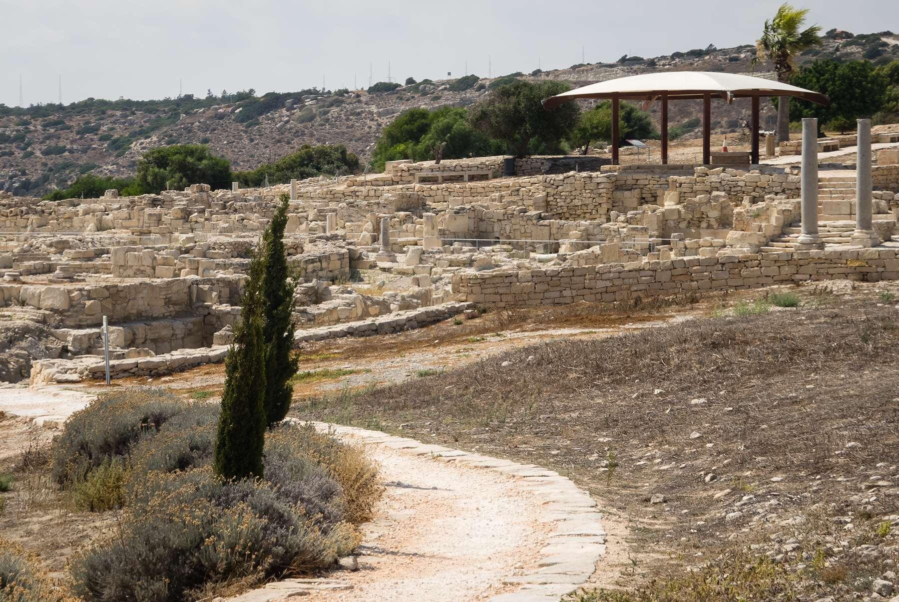 Беседка и руины кипрских строений в Курионе