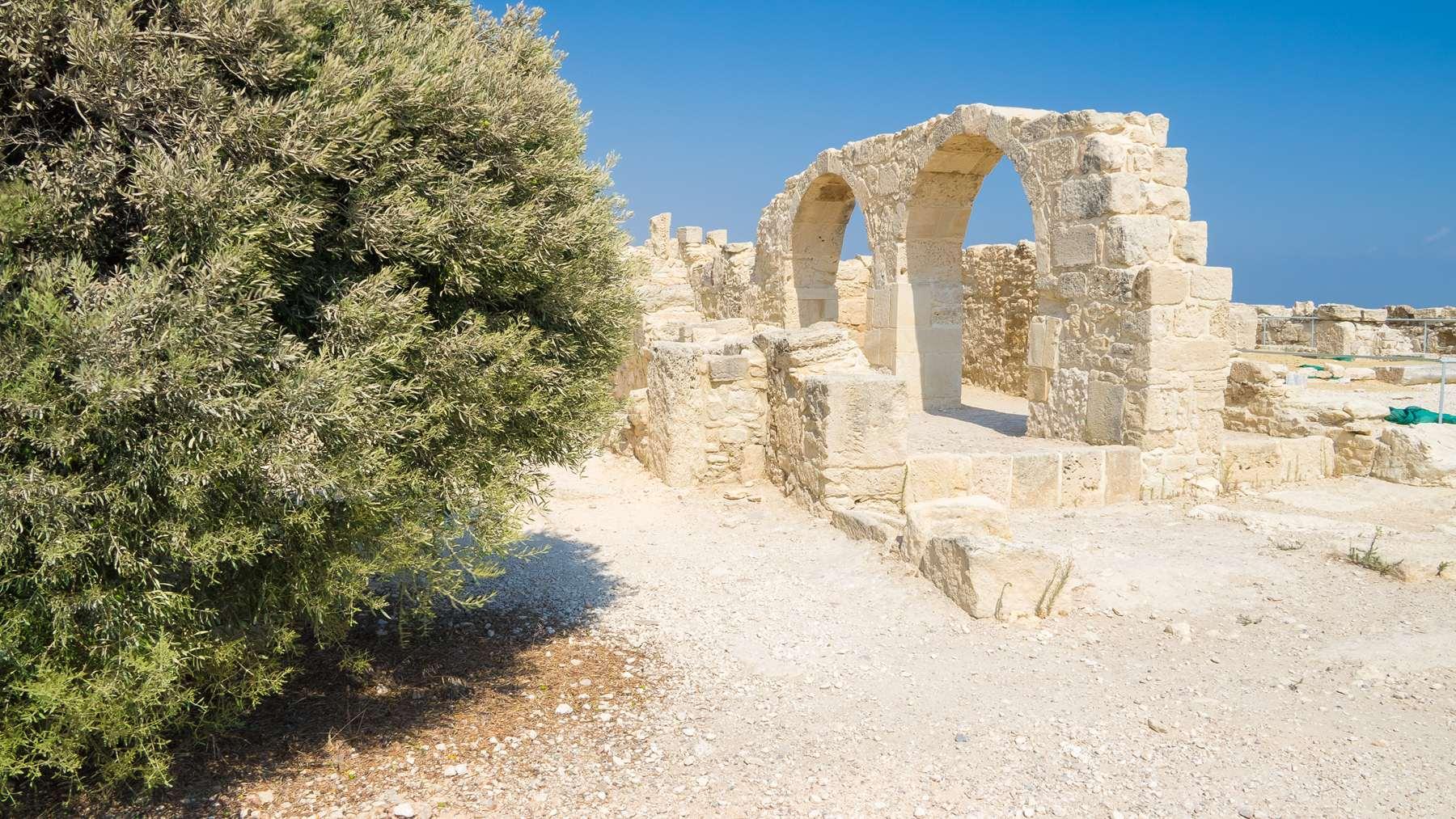 Древние сохранившиеся арки в Курионе