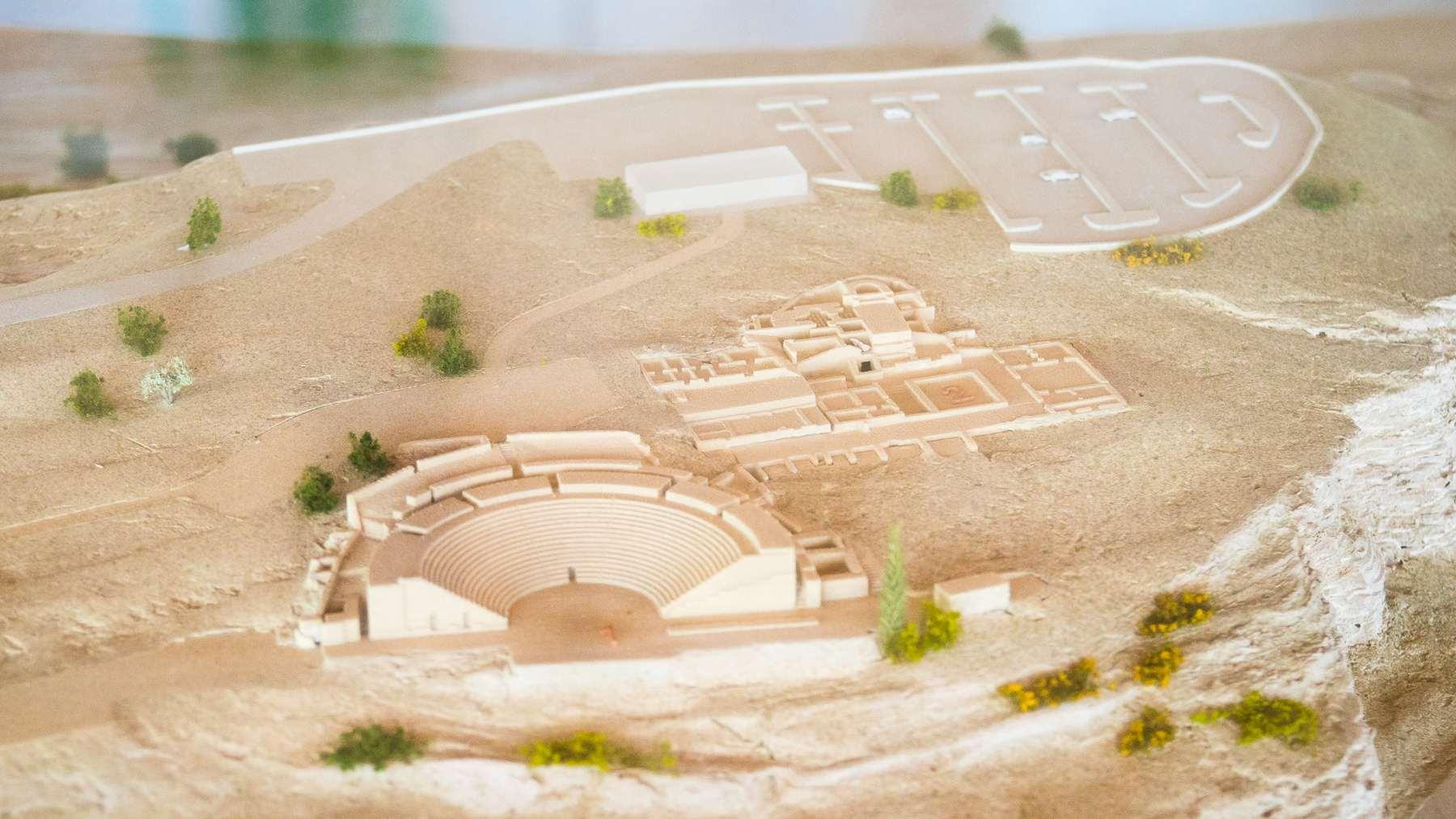Парковка, главное здание, амфитеатр и руины Куриона