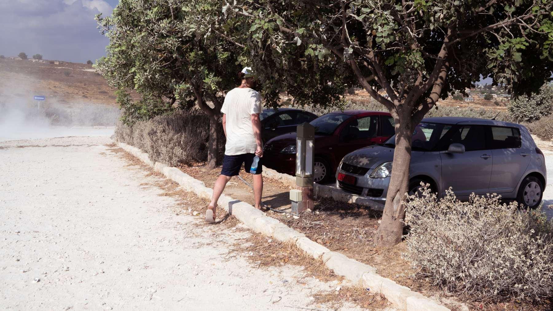 Парковка и пыль от дорог