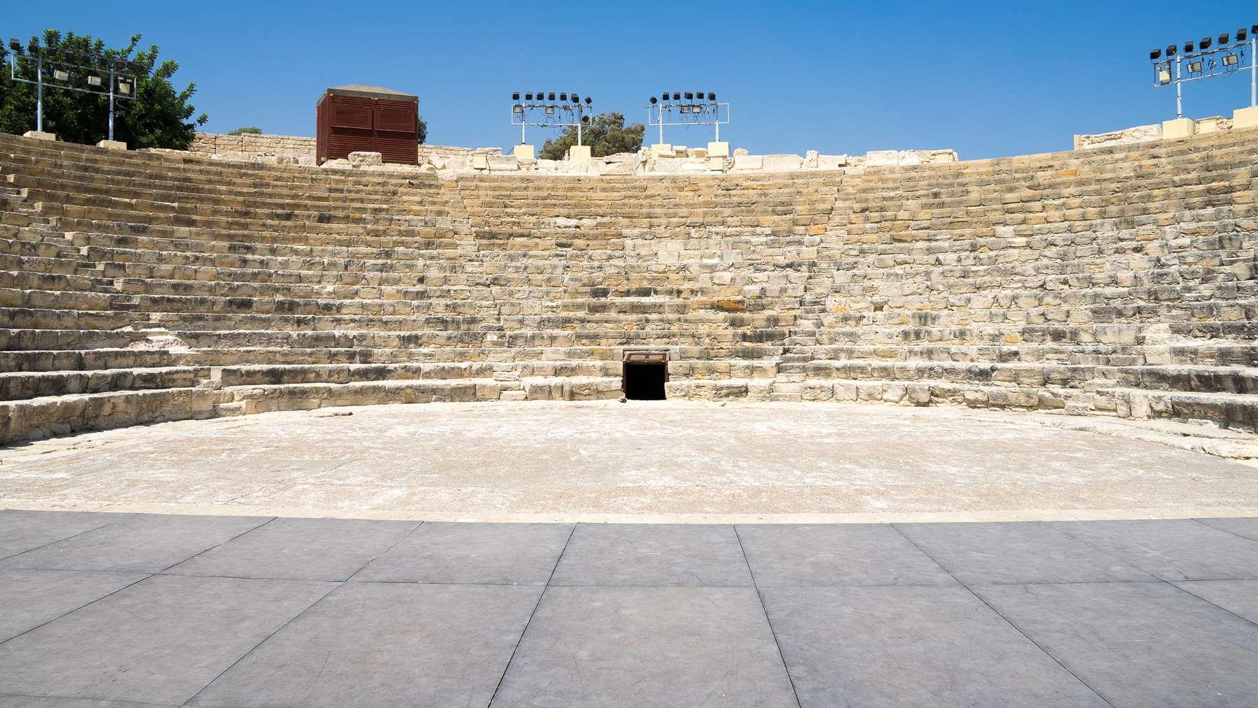 Вид со сцены на древне-греческий амфитеатр Куриона