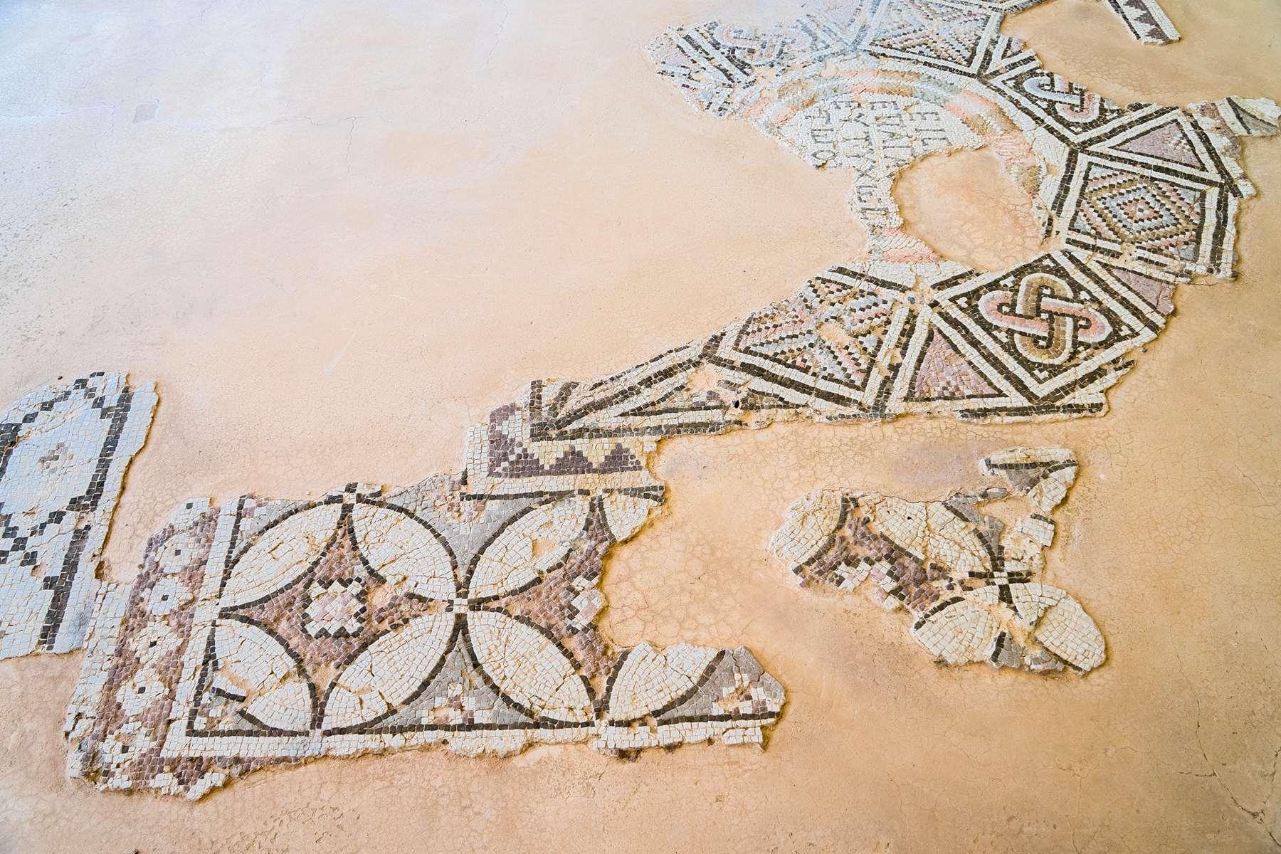 Сохранившиеся фрагменты древней мозаики в Курионе