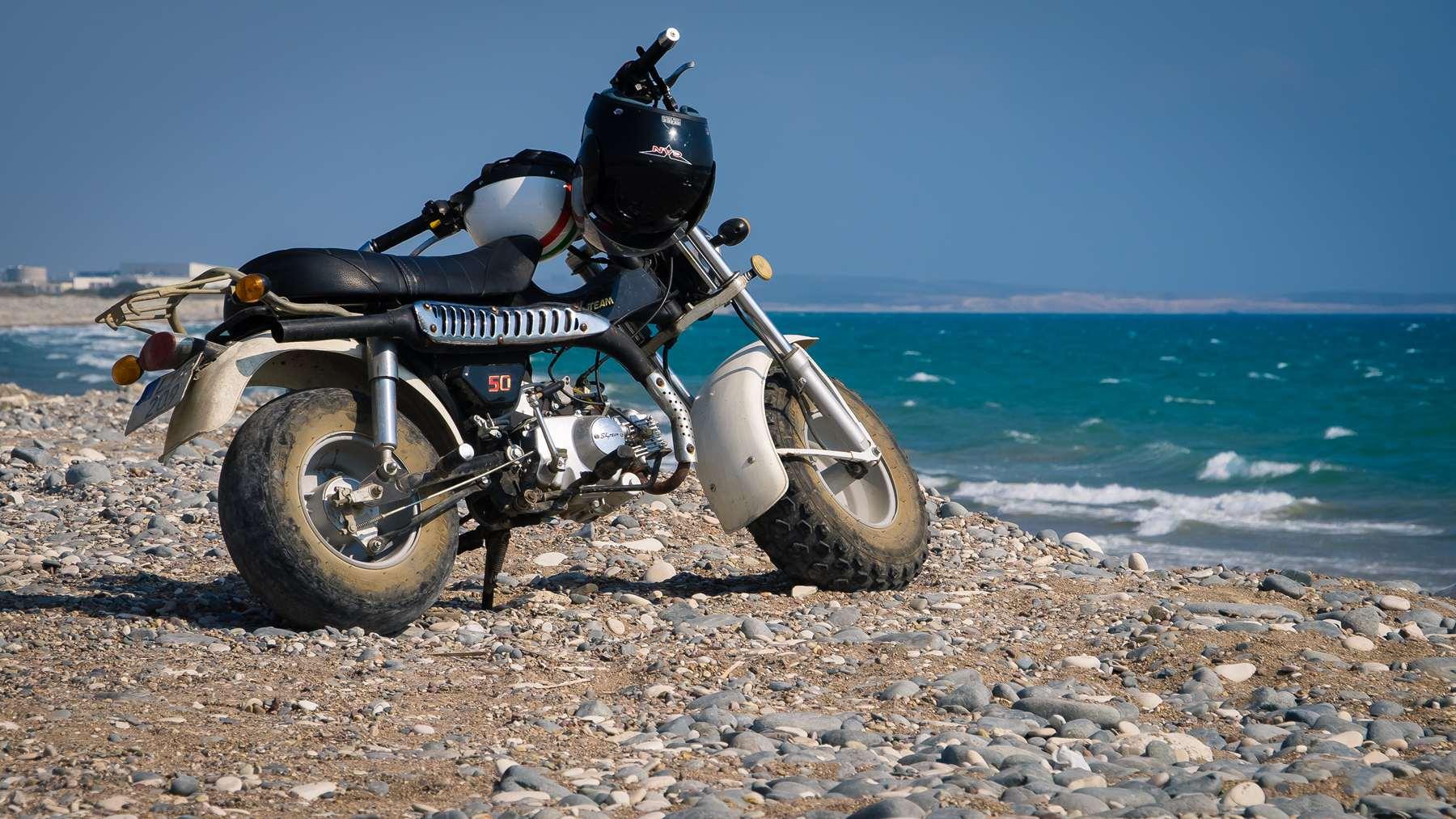 Мотоцикл на пляже Курион (Coureon beach)