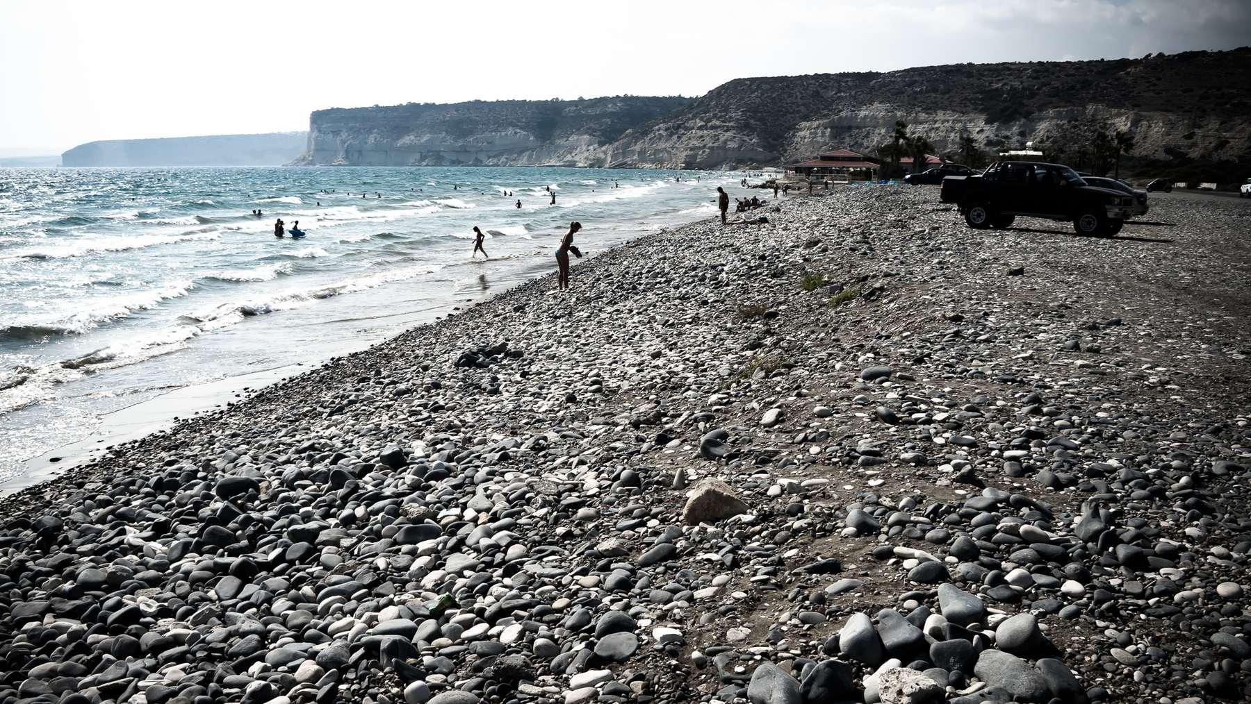 Галечная береговая полоса пляжа Курион