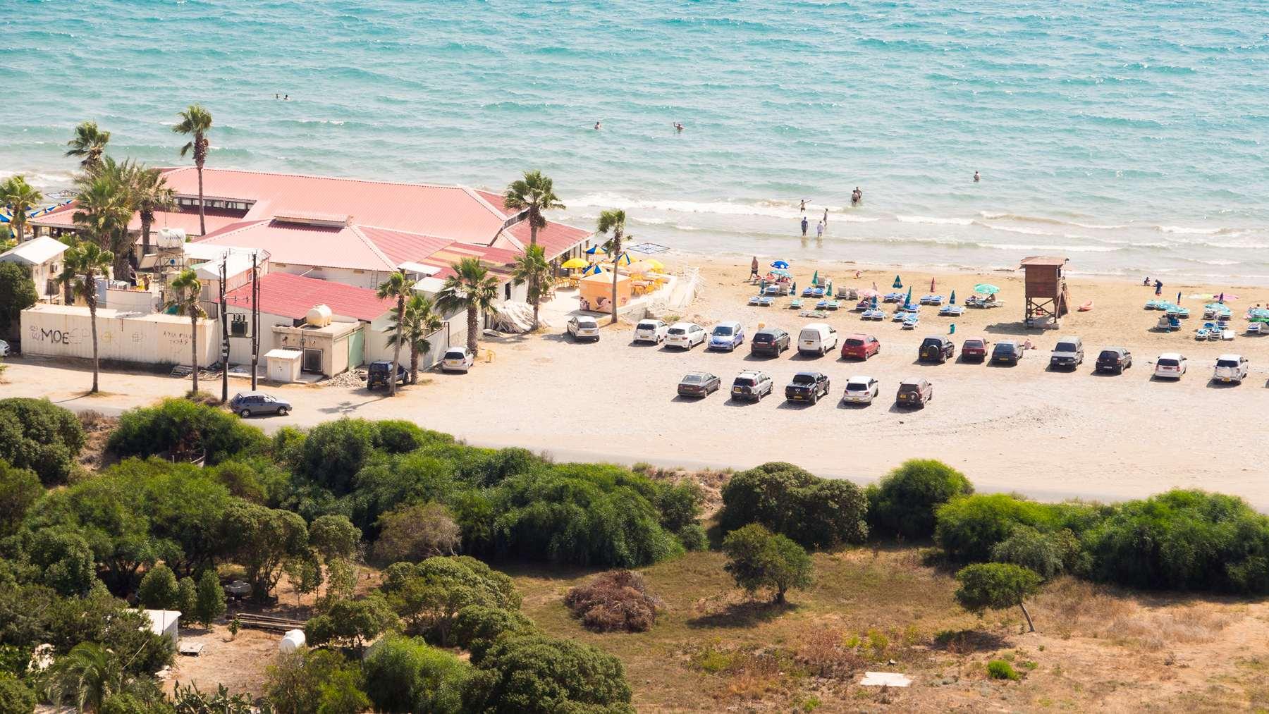 Парковка около пляжа Курион (Coureon beach)