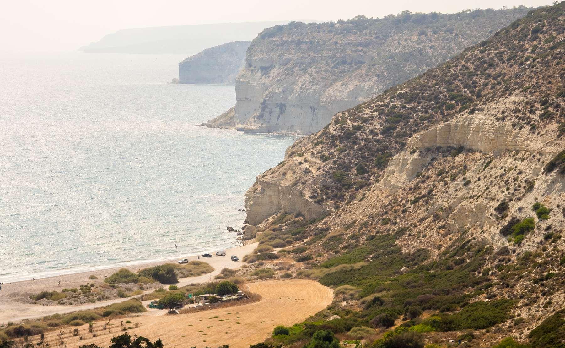 Обрывистые берега пляжа Курион
