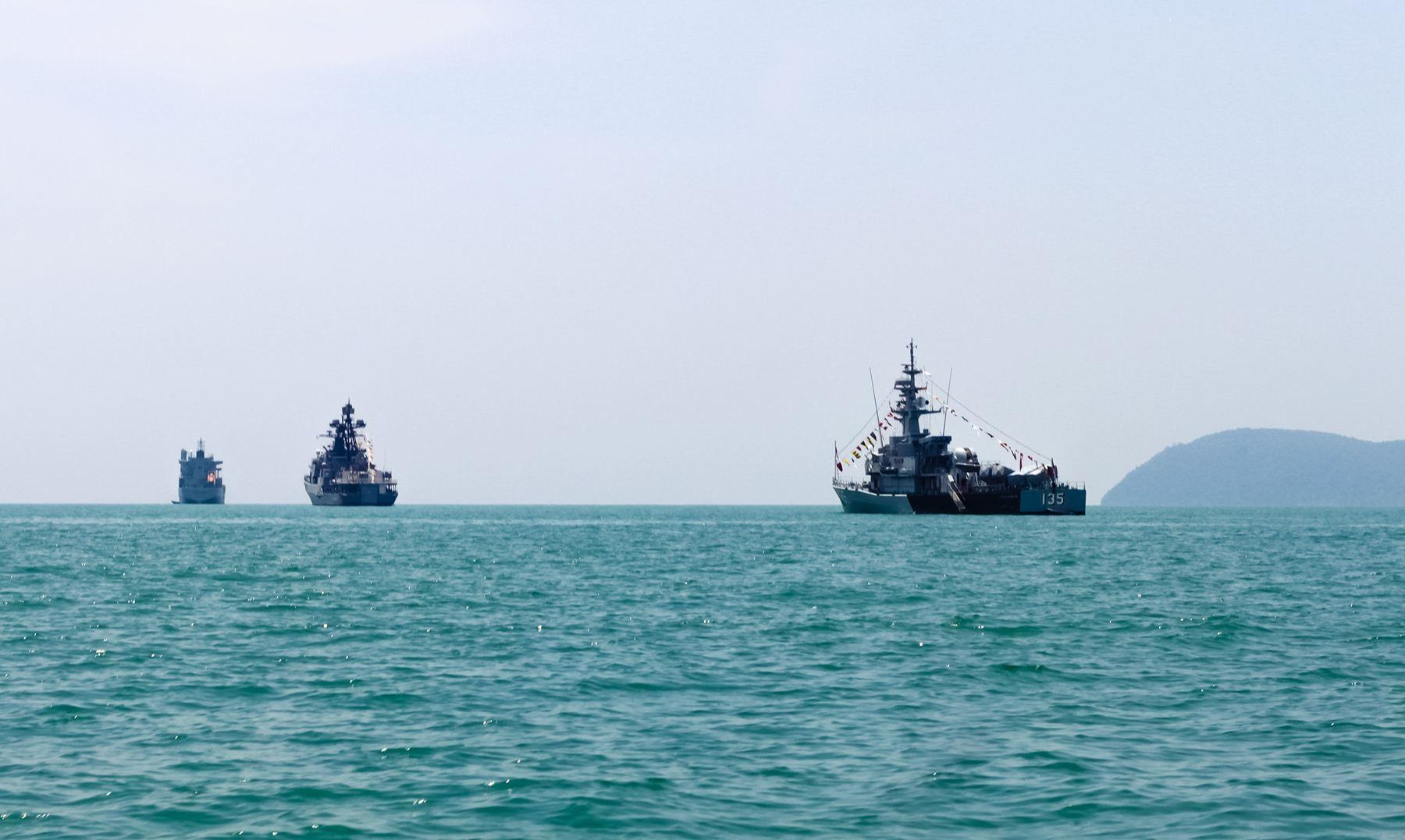 Дружественные военные корабли на выставке LiMA с флагами