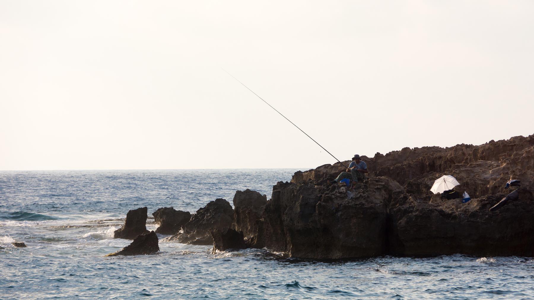 Рыбак на пляже Пафоса
