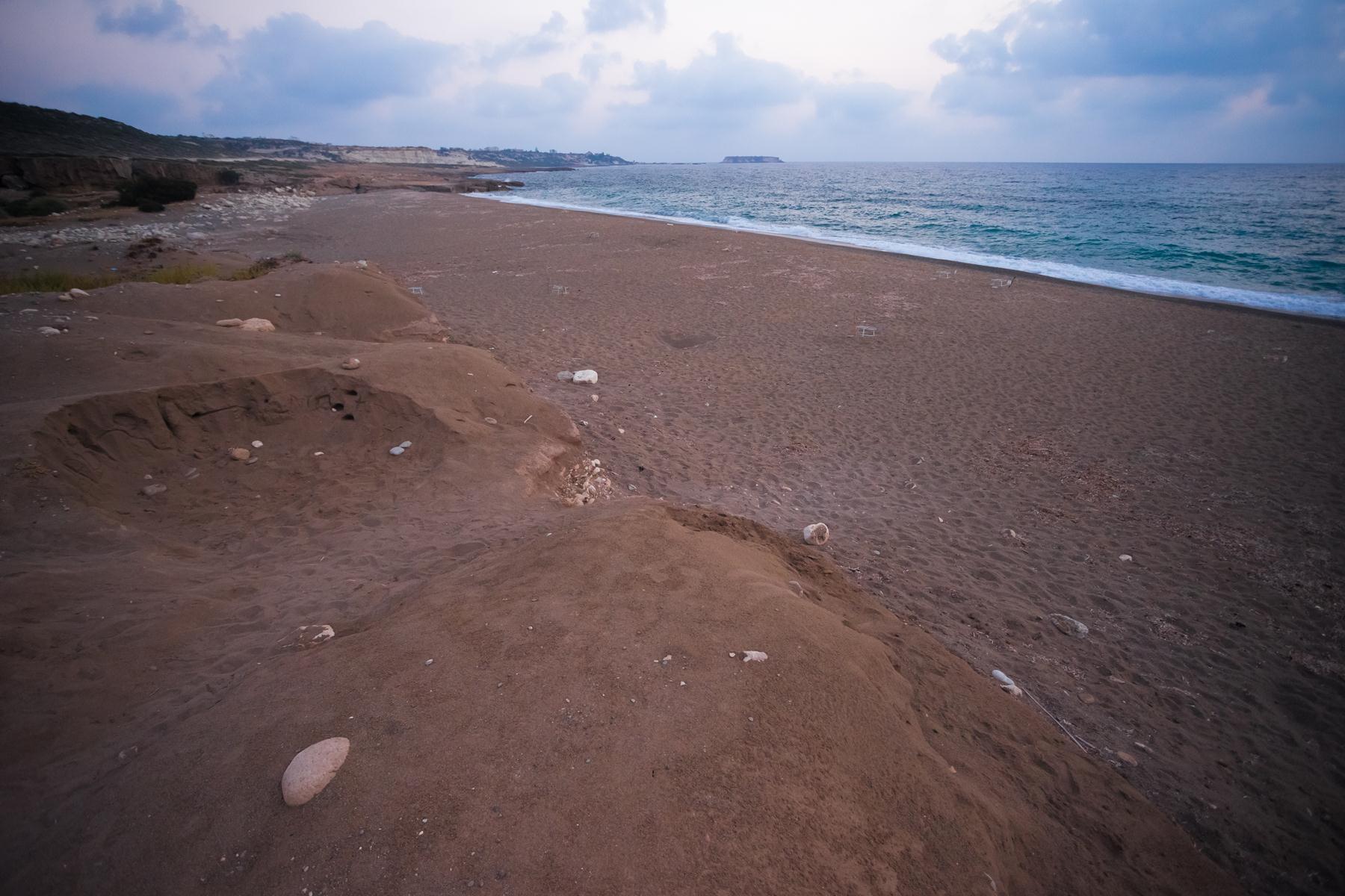 Пустынный пляж Лара слева