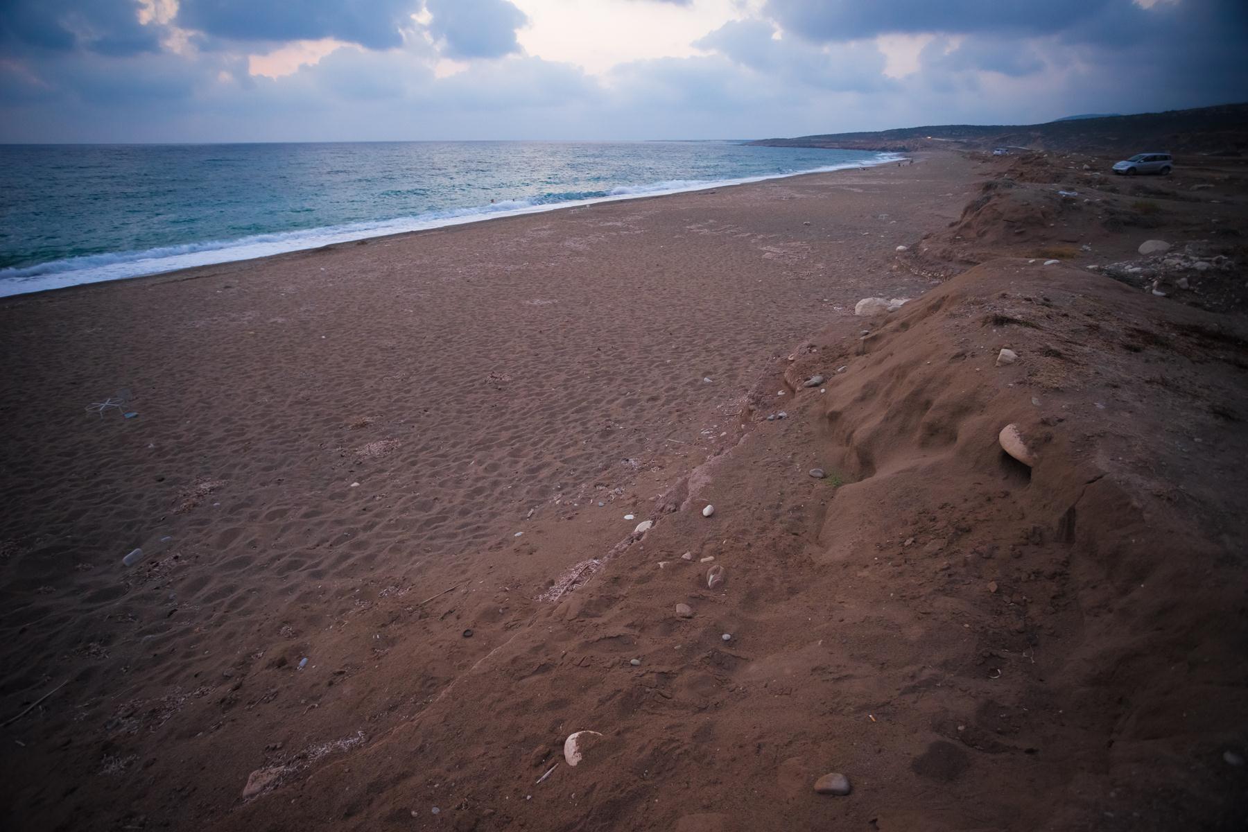 Пустынный пляж Лара справа