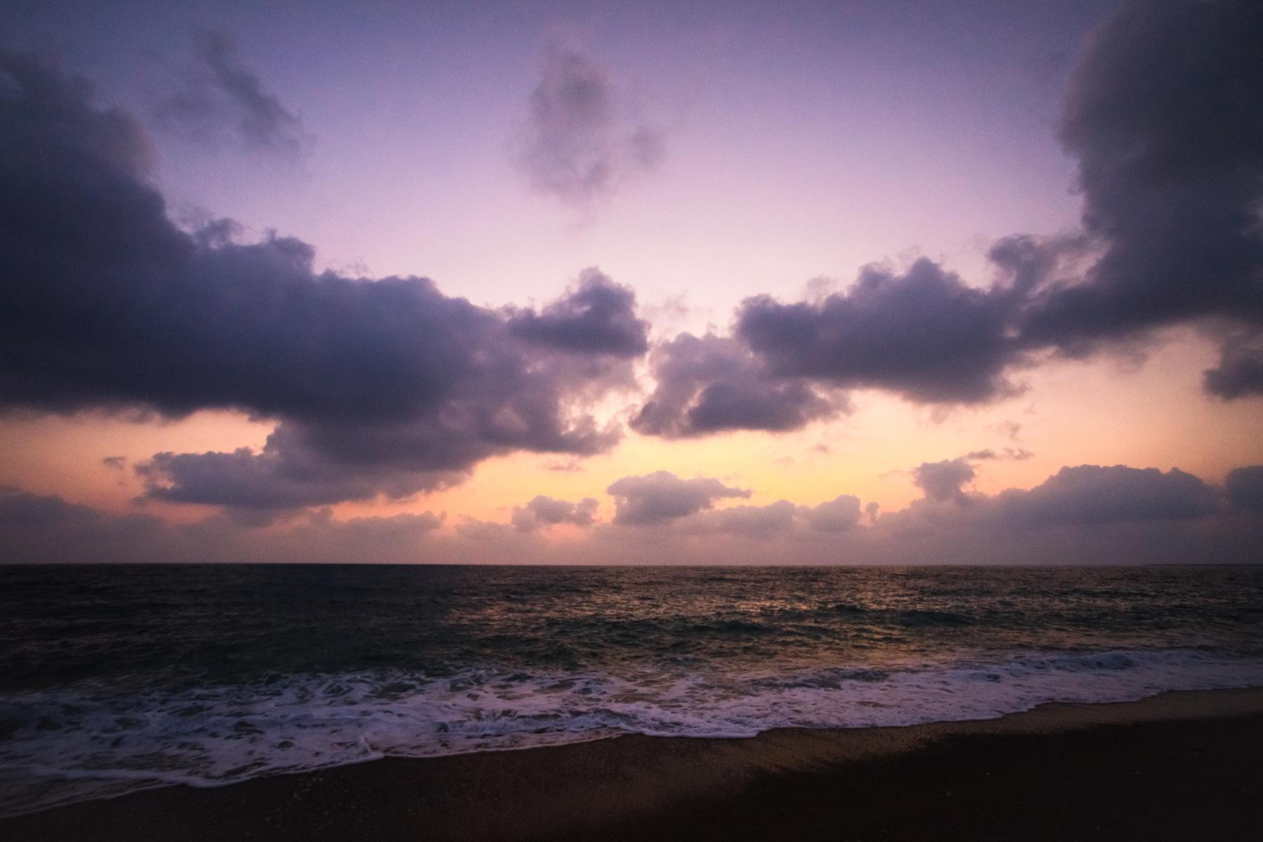 Красивейшие сиреневые краски заката на пляже Лара