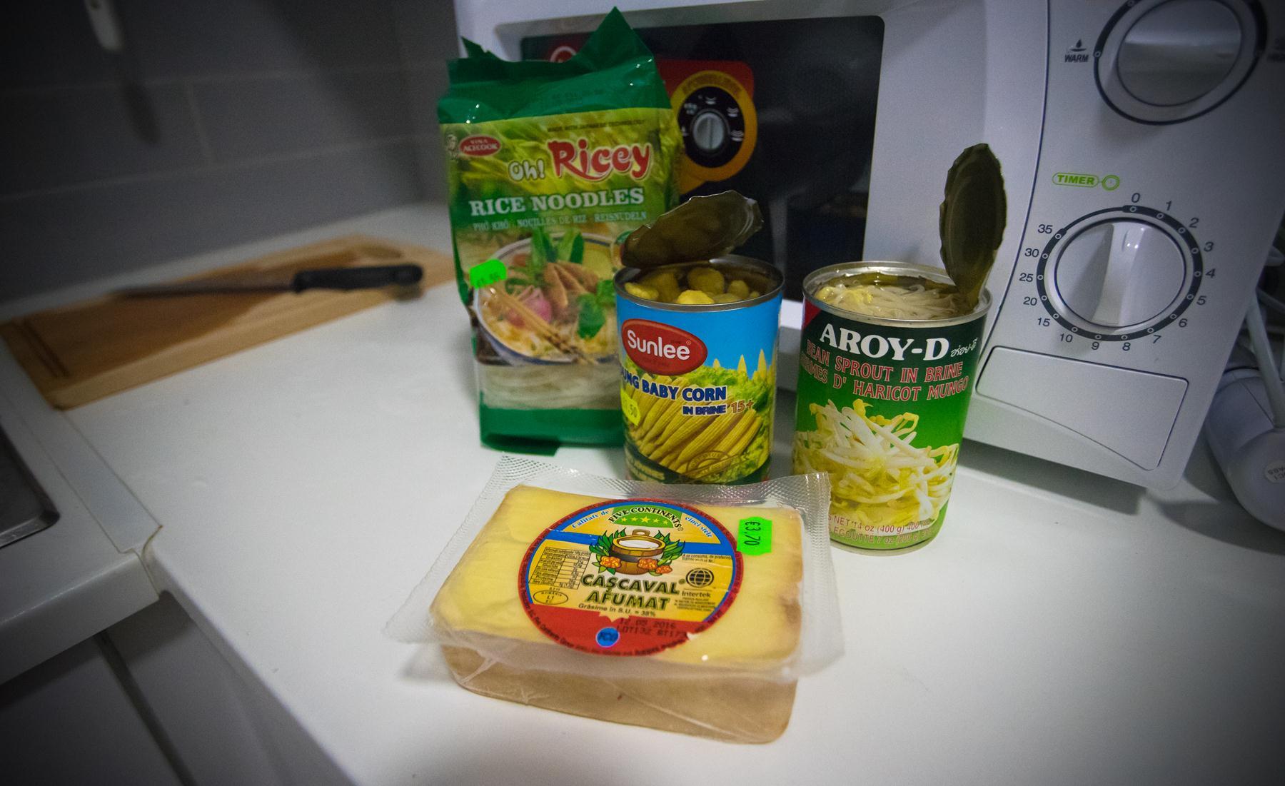 Кипрский сыр и ингридиенты для нудл-супа: лапша, кукуруза, ростки