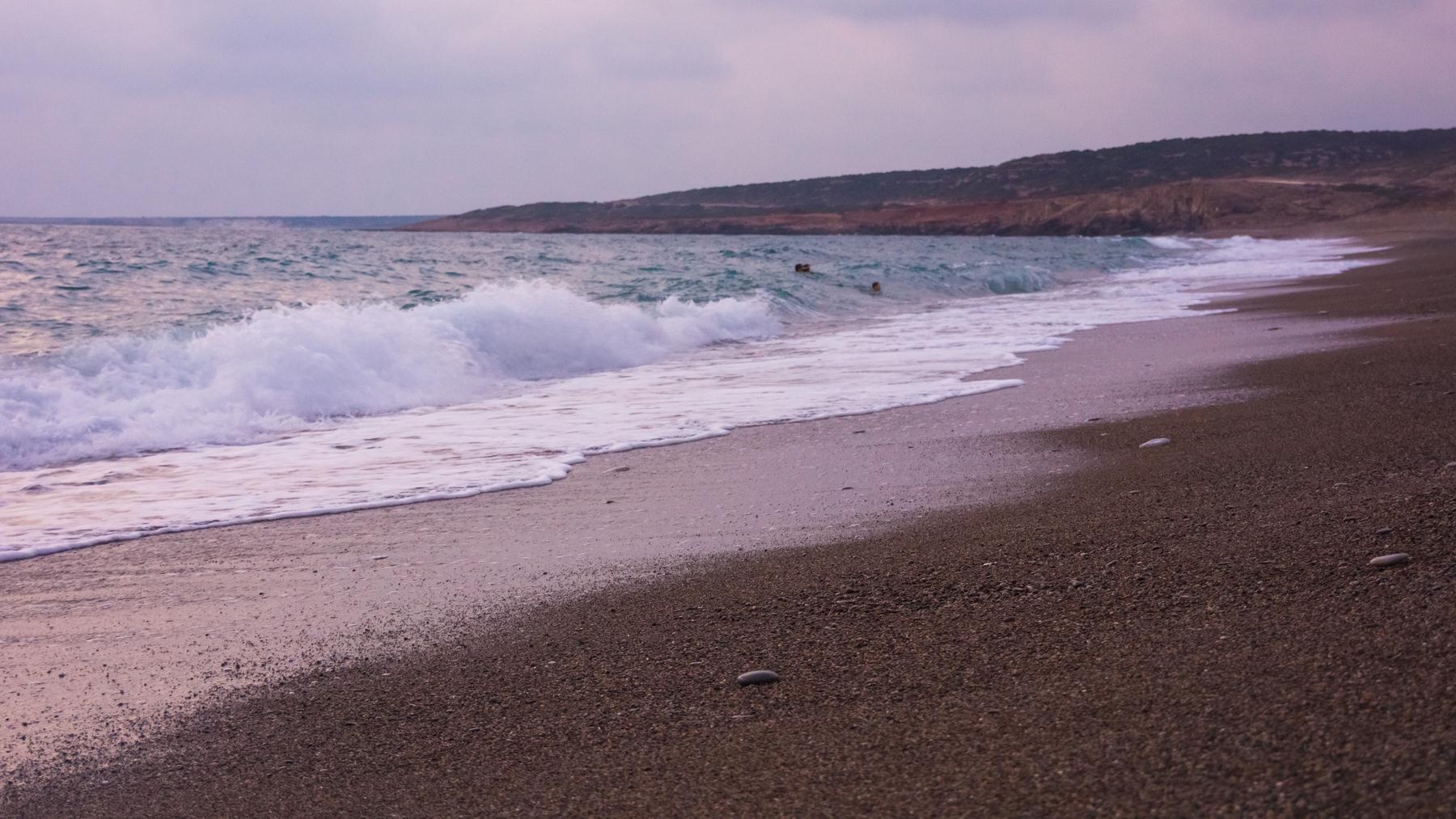 Неподалеку кто-то развлекается в волнах