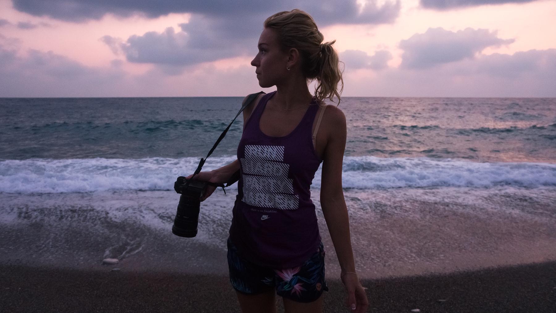 С каждой секундой заката на пляже Лара становится все красивее и ярче