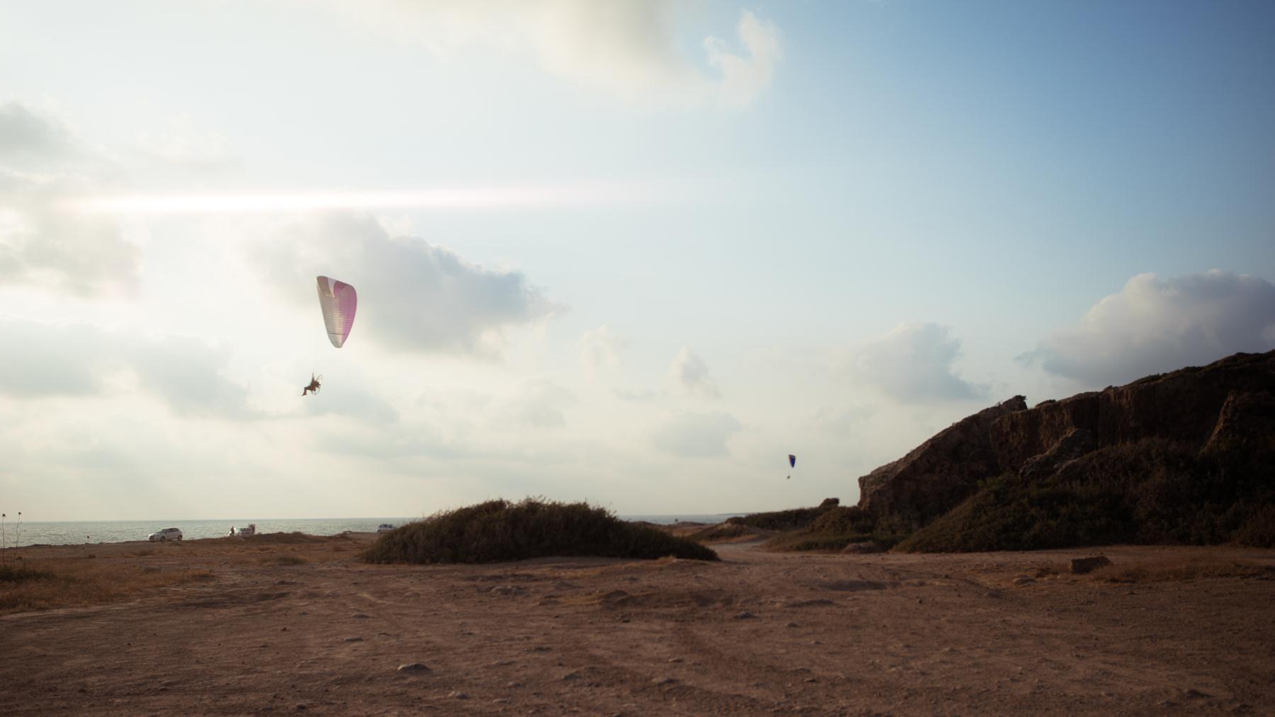 Полеты парапланеристов в небе Кипра