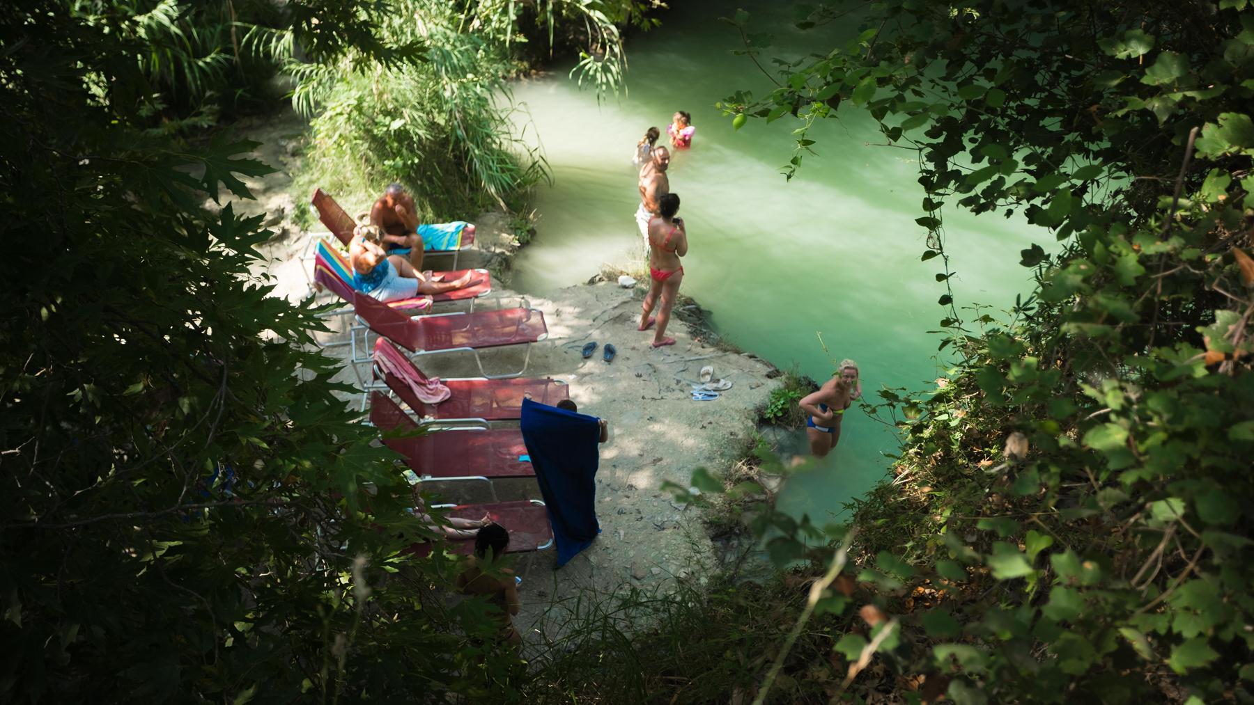Лежаки в сезон в купальнях Адониса