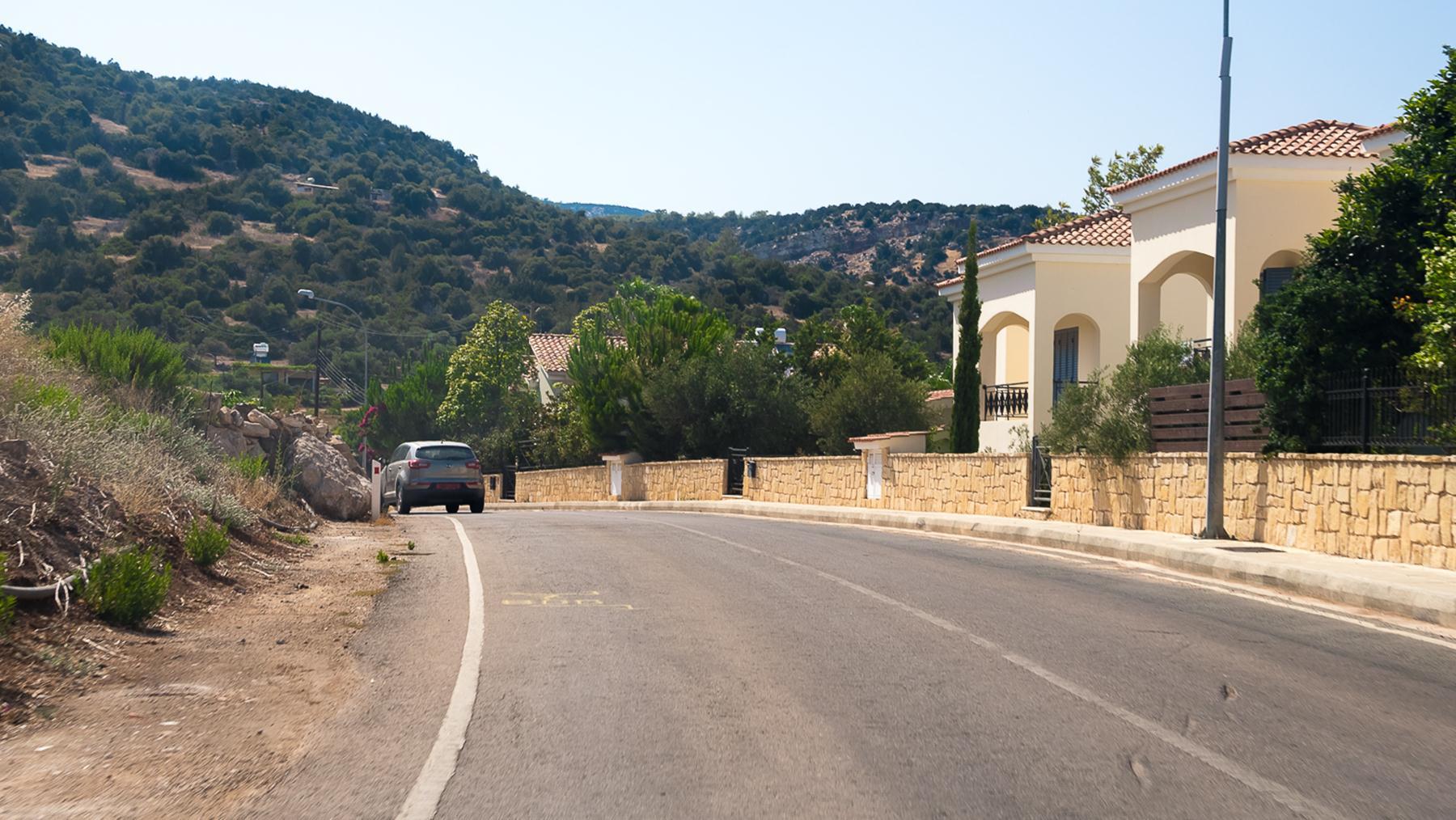 Проезжаем Лачи по дороге к купальням Афродиты