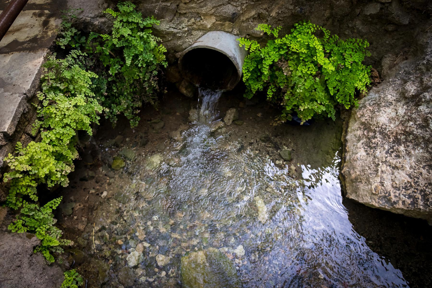 Вода из трубы около купальни Афродиты