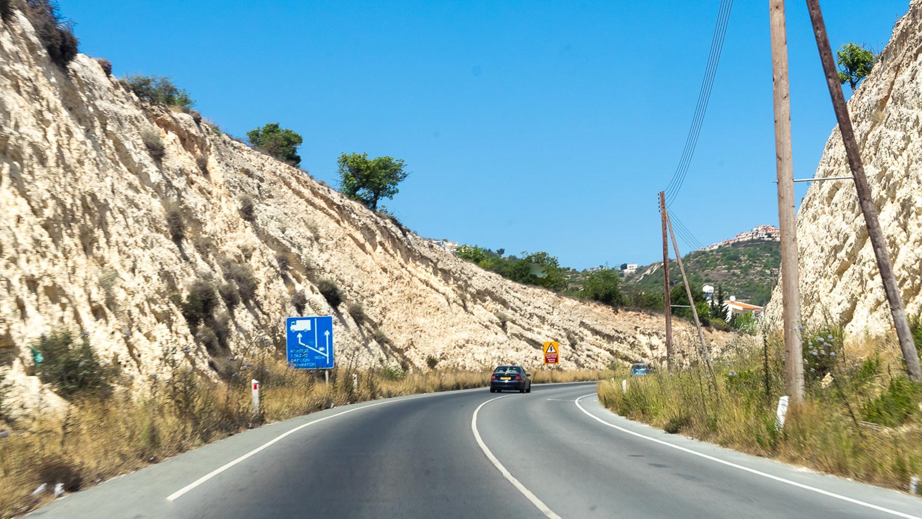 Каменистый забор по дороге на север Кипра