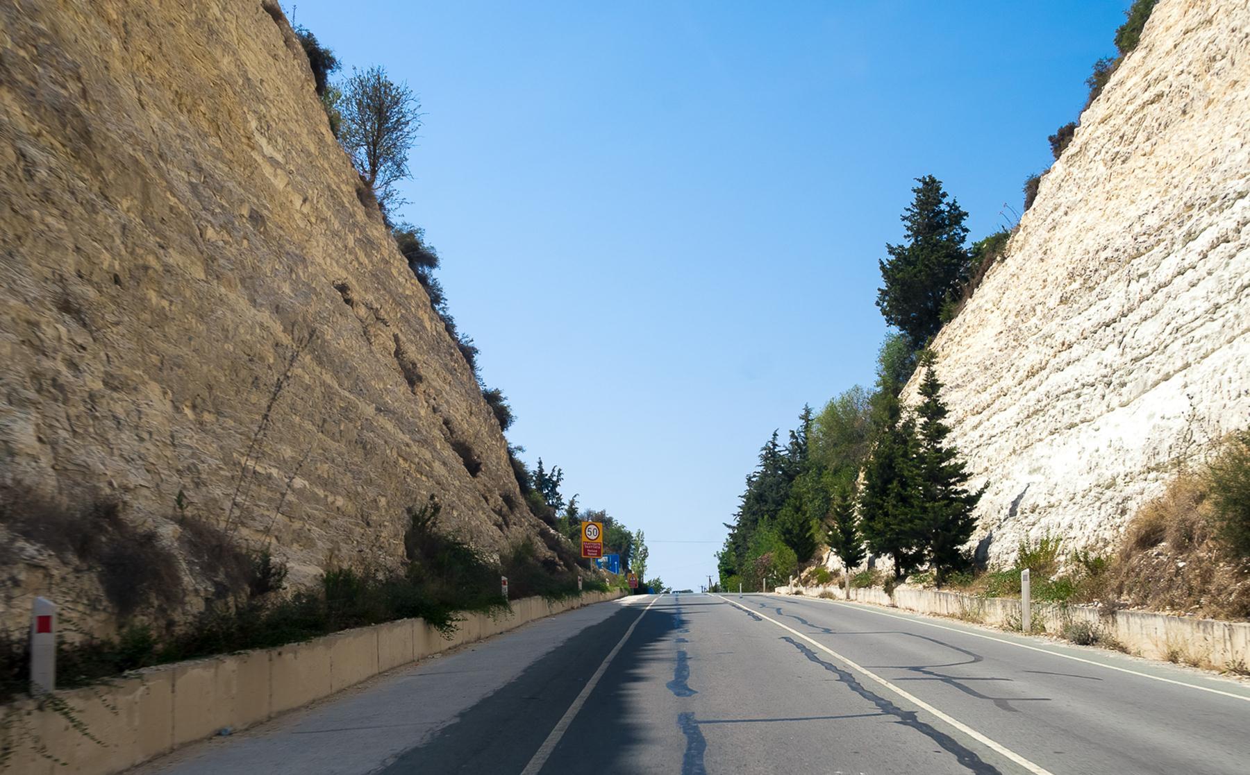 Изрезанные скалы по дороге к купальням Афродиты