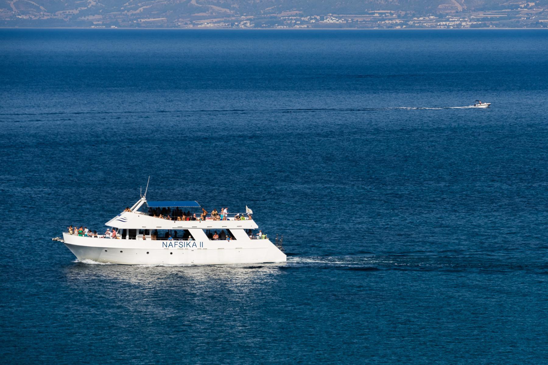 Частный катер и экскурсионный корабль на Акамасе