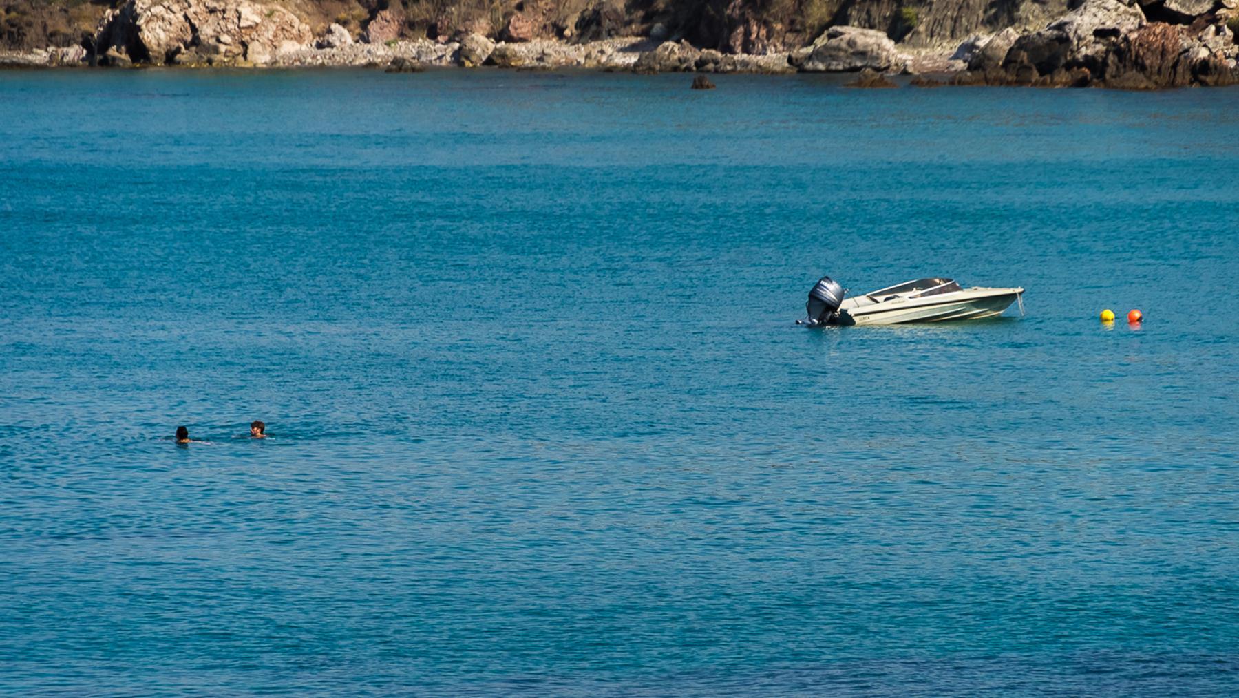 Моторная лодка и двое плавающих