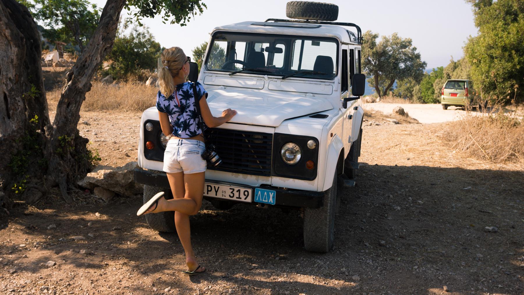 Экскурсионный джип около ванн Афродиты
