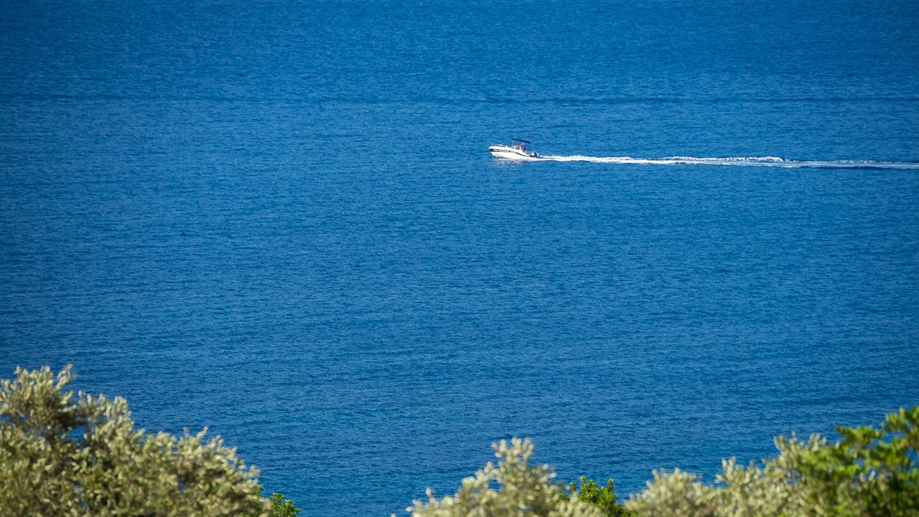 Частный катер в заливе Акамаса