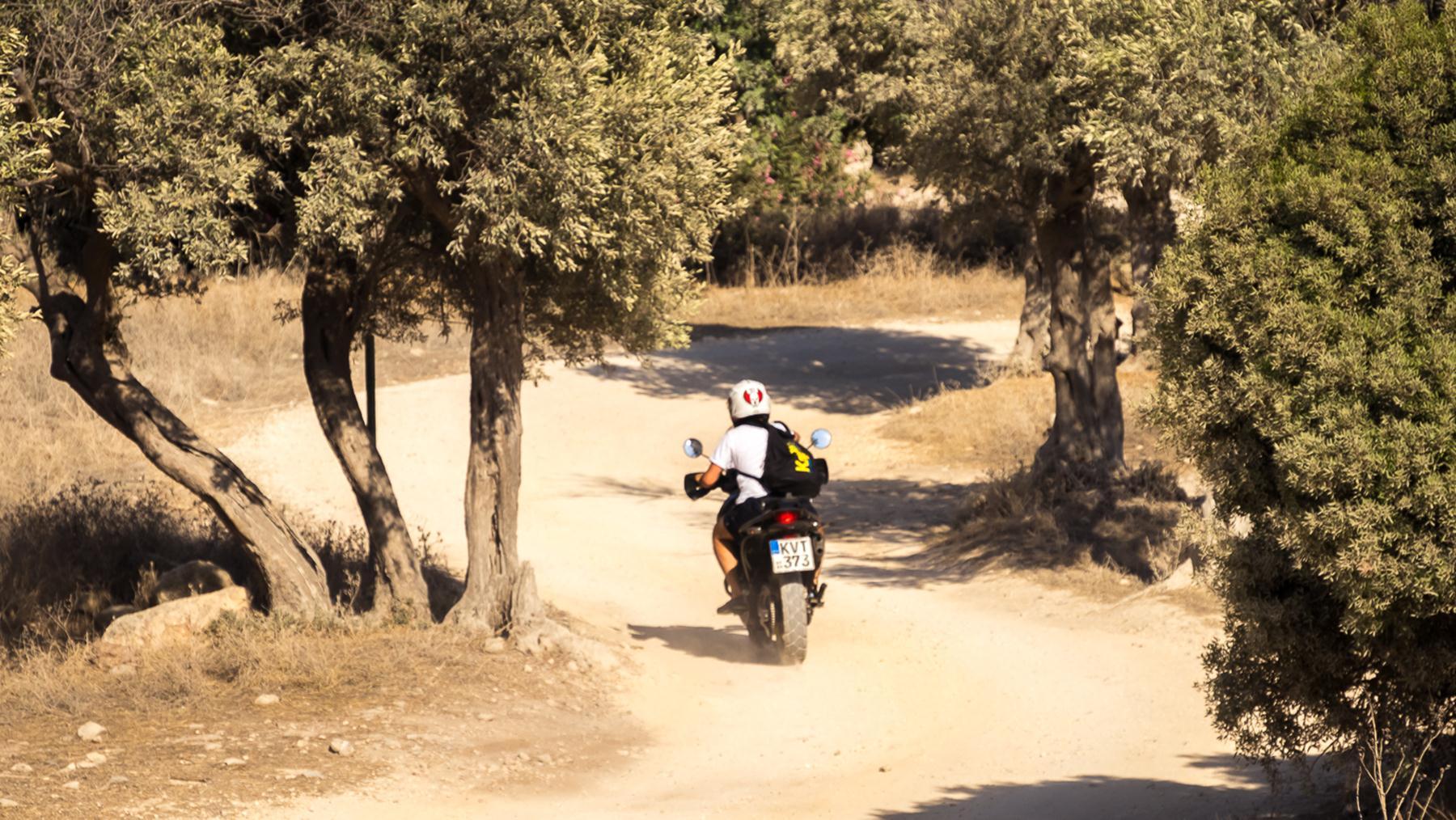 Быстрый мотоциклист с срочным поручением