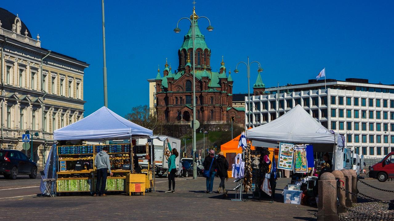 Успенский собор в Хельсинки со стороны площади Kauppatori