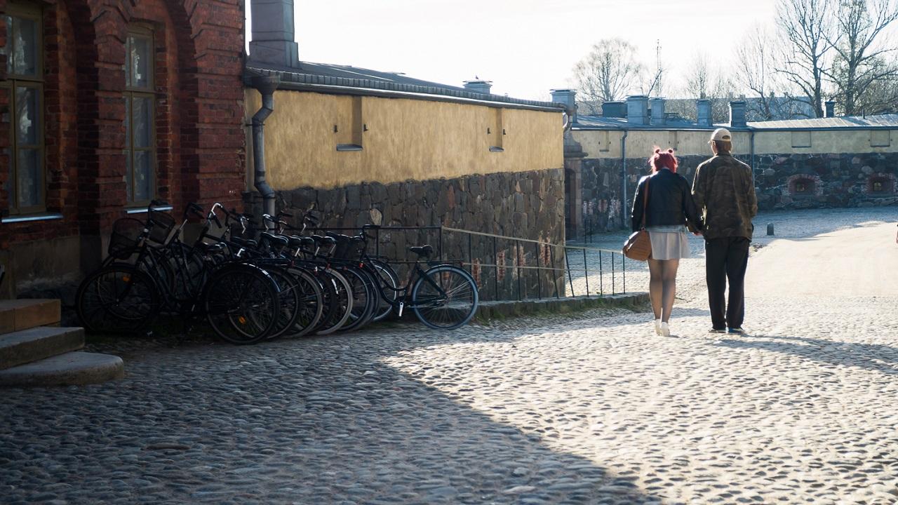 Парочка, гуляющая по Свеаборгу
