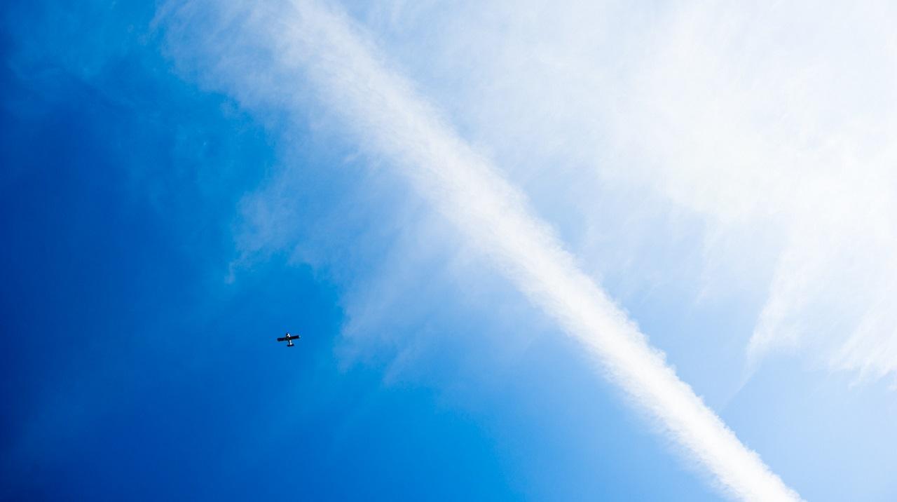 Самолет в синеве неба
