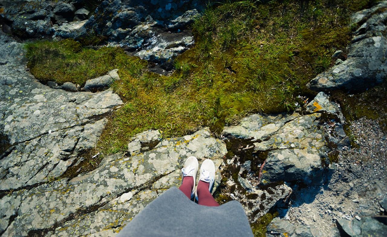 Зелень мягкой травы и каменная неприступность