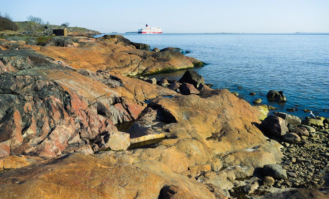 Большой паром Viking Line плывет из Финляндии в неведомые скандинавские дали