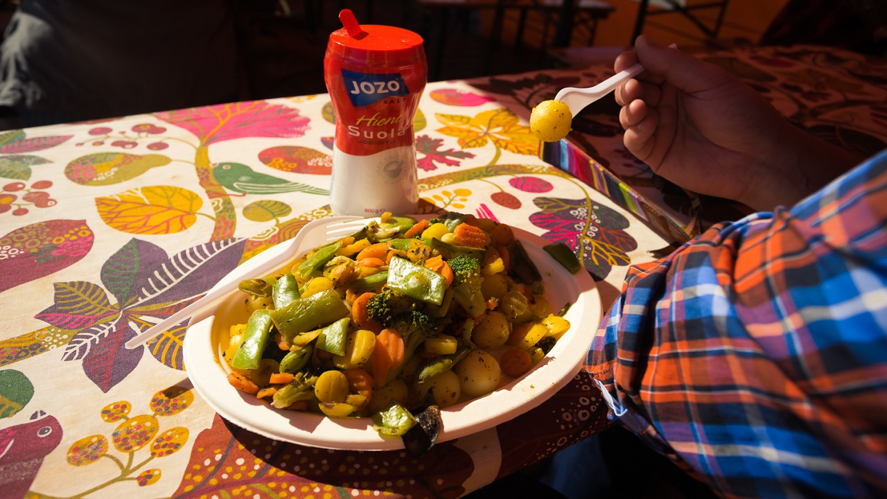 Отварная картошечка с овощами в кафе