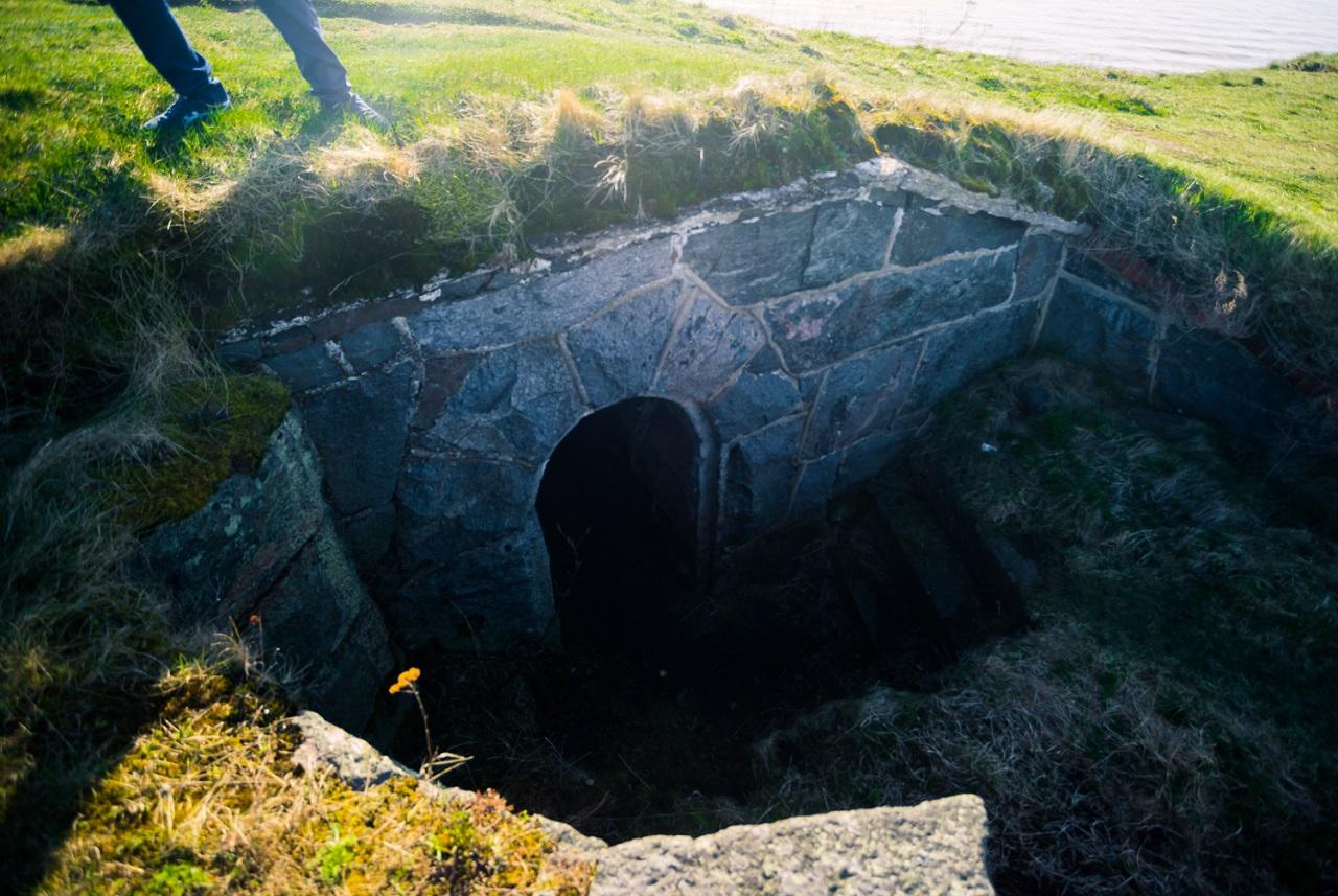 Окоп-землянка, спрятанный в холме