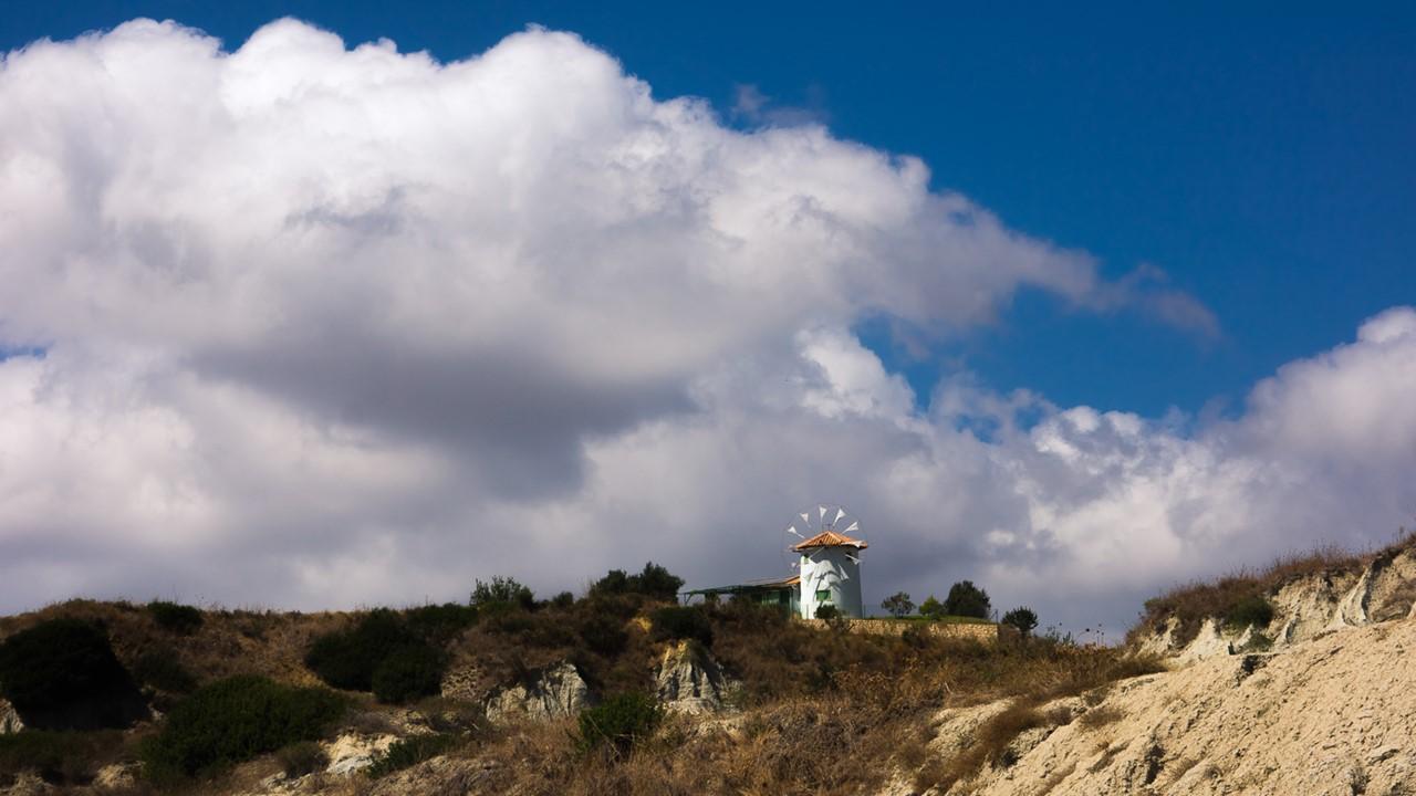 Красивая греческая мельница около пляжа Кунопетра (Kounopetra)