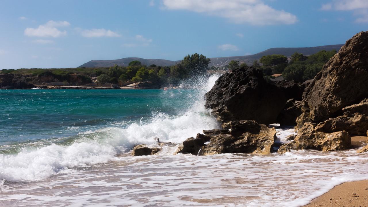 Разбивающиеся о камни волны пляжа Врахинари (Vrahinari) вблизи
