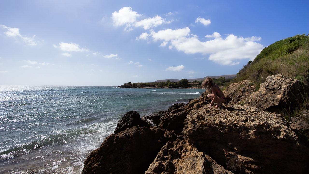 Разбивающиеся о камни волны пляжа Врахинари (Vrahinari)
