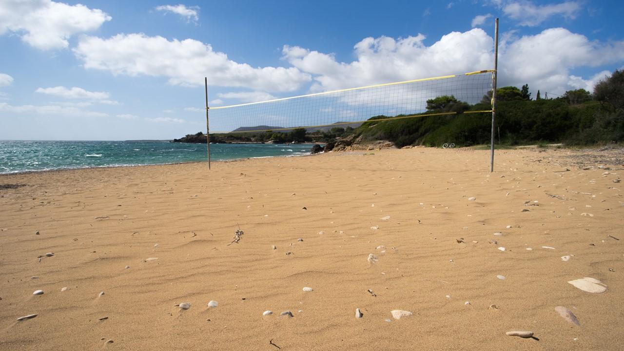 Волейбольная сетка на пляже Врахинари (Vrahinari) на Кефалонии