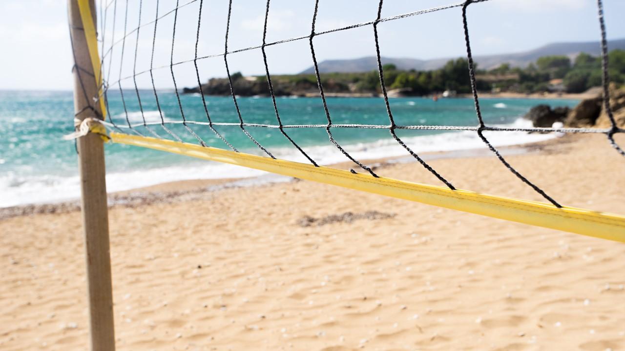 Сетка для пляжного волейбола на пляже Врахинари (Vrahinari)